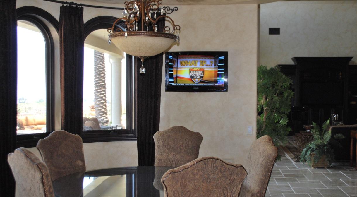 LaQuinta2010-diningroom-flatscreen-lcd-tv-automated