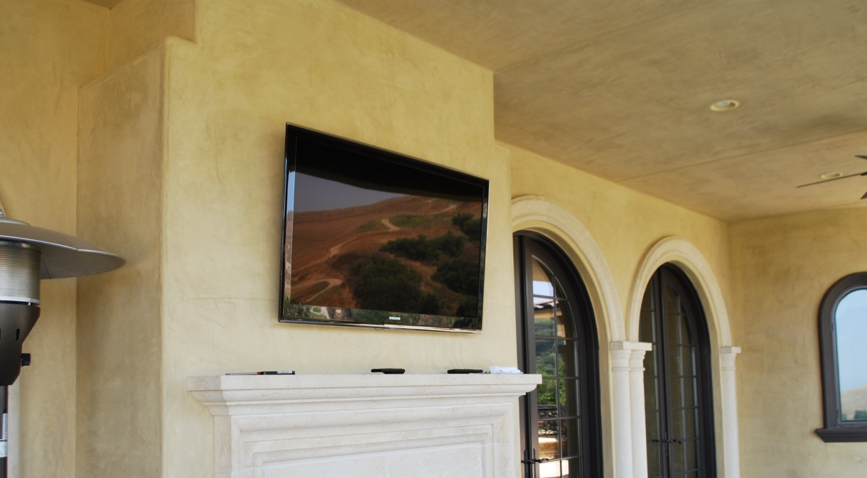 LaQuinta2010-outdoor-lounge-fireplace-flatscreen-lcd-tv-automated