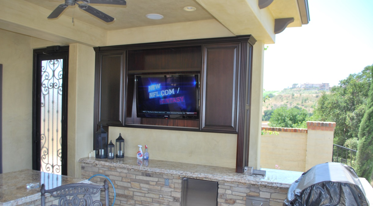 LaQuinta2010-patio-bar-outdoor-flatscreen-lcd-tv-automated